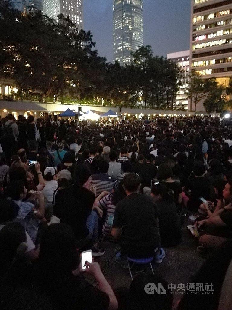 6千名香港母親今晚身穿黑衣,在中環遮打花園舉行「香港媽媽反送中集氣大會」,為香港年輕人集氣,強調不會再讓他們孤軍作戰。圖為集會現場情況。(香港讀者Agnes提供)中央社 108年6月14日
