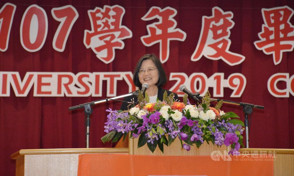 國立金門大學15日舉行107學年度畢業典禮,總統蔡英文出席致詞表示,中國不應該被忽略,但是如果世界觀被「鎖在中國」,台灣就註定沒有辦法走向世界。中央社記者黃慧敏攝 108年6月15日