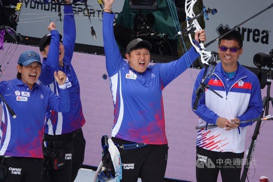 由亞運女團銅牌為班底的台灣複合弓女團,15日在荷蘭世界射箭錦標賽女團金牌戰以229比224射下美國,也是隊史20年來的首金。(林政賢提供)中央社