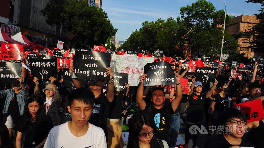 近萬人參加16日在立法院前舉行的「撐香港,反送中」集會,現場合唱香港家喻戶曉的的「海闊天空」,許多港人聞聲紛紛激動落淚。中央社記者沈朋達台北攝 108年6月16日