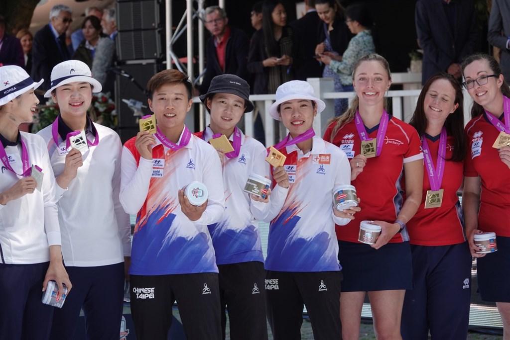 台灣反曲弓女將16日在世界射箭錦標賽團體賽,靠著彭家楙在第4局完美收尾的10分箭,以6比2擊敗南韓,奪得隊史首金。左3起為雷千瑩、彭家楙、譚雅婷。(林政賢提供)中央社記者龍柏安台北傳真 108年6月16日