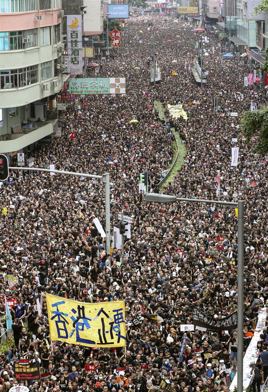 香港16日再度舉行反修訂逃犯條例大遊行,身穿黑衣的民眾擠爆街頭。(共同社提供)
