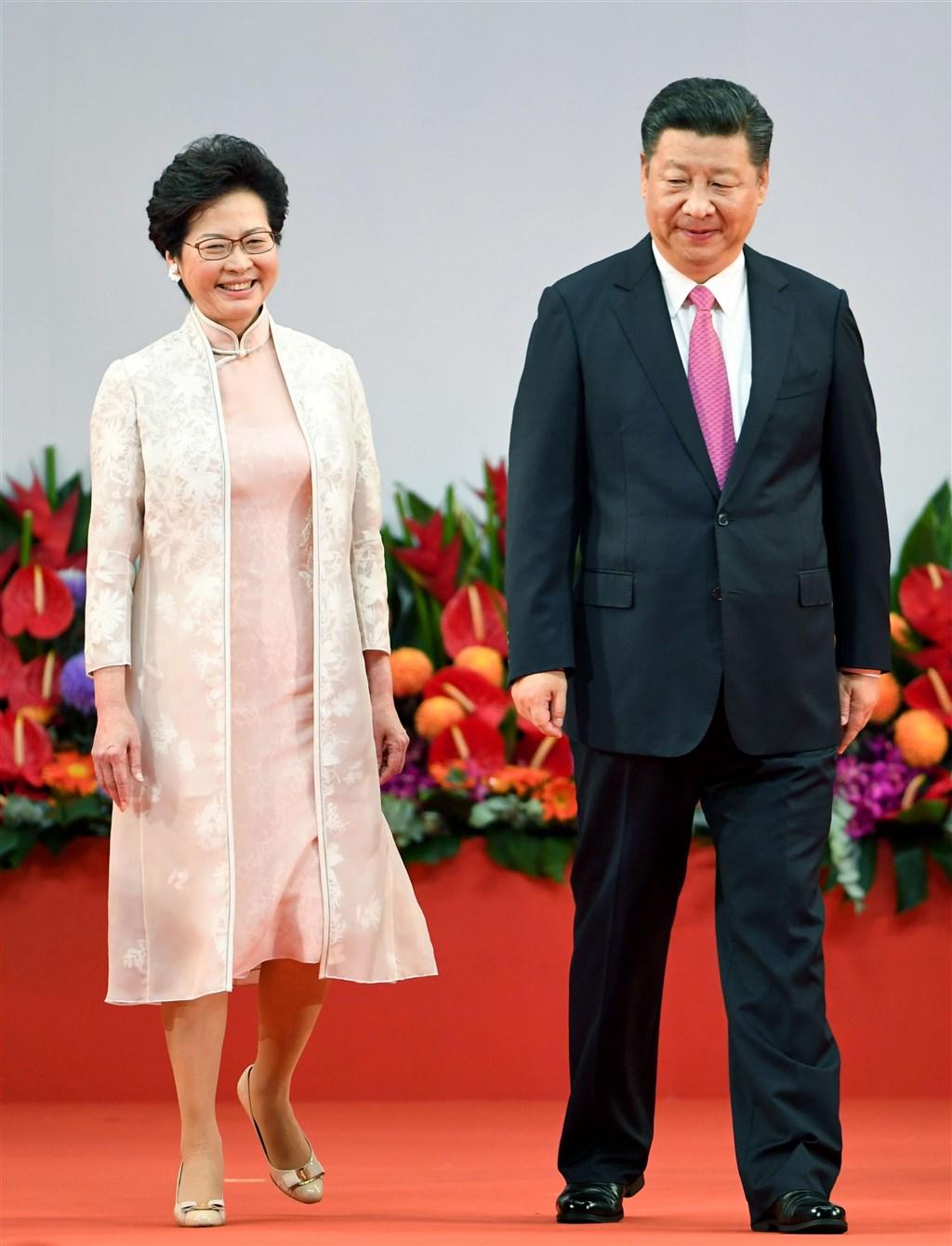 香港特首林鄭月娥(左)15日宣布暫緩修訂逃犯條例,紐約時報分析,這是2012年習近平接任中共總書記以來,中國政府在單一政治議題上所做最大讓步。(檔案照片/共同社提供)