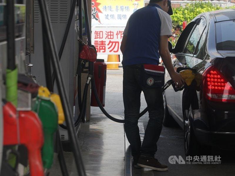 中油公司自17日凌晨零時起,調漲各式汽、柴油價格每公升各0.1元。(中央社檔案照片)
