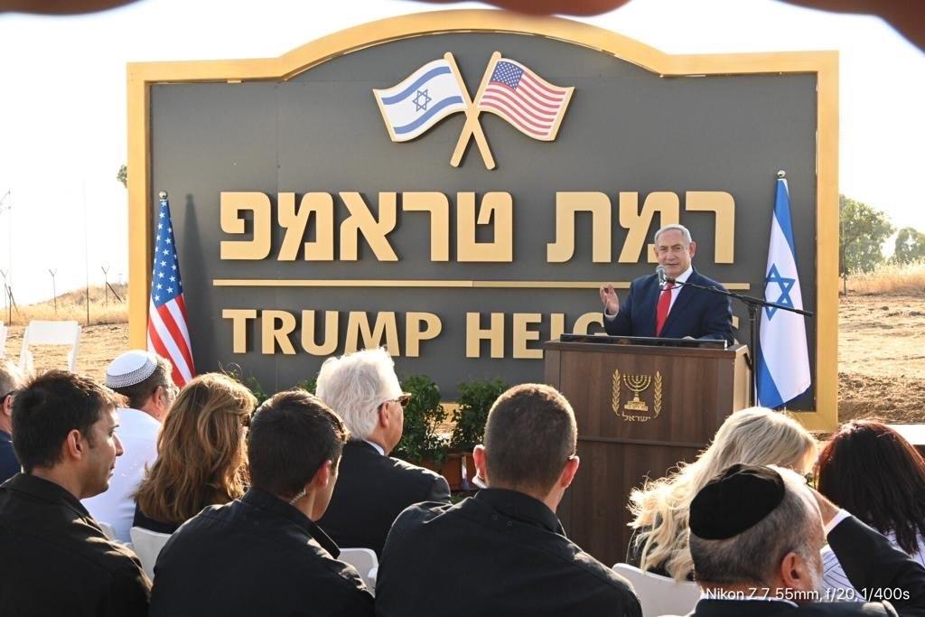 以色列總理尼坦雅胡(後)16日在戈蘭高地正式啟動一處新建屯墾區,並以美國總統川普名字命名為「川普高地」。(圖取自twitter.com/USAmbIsrael)