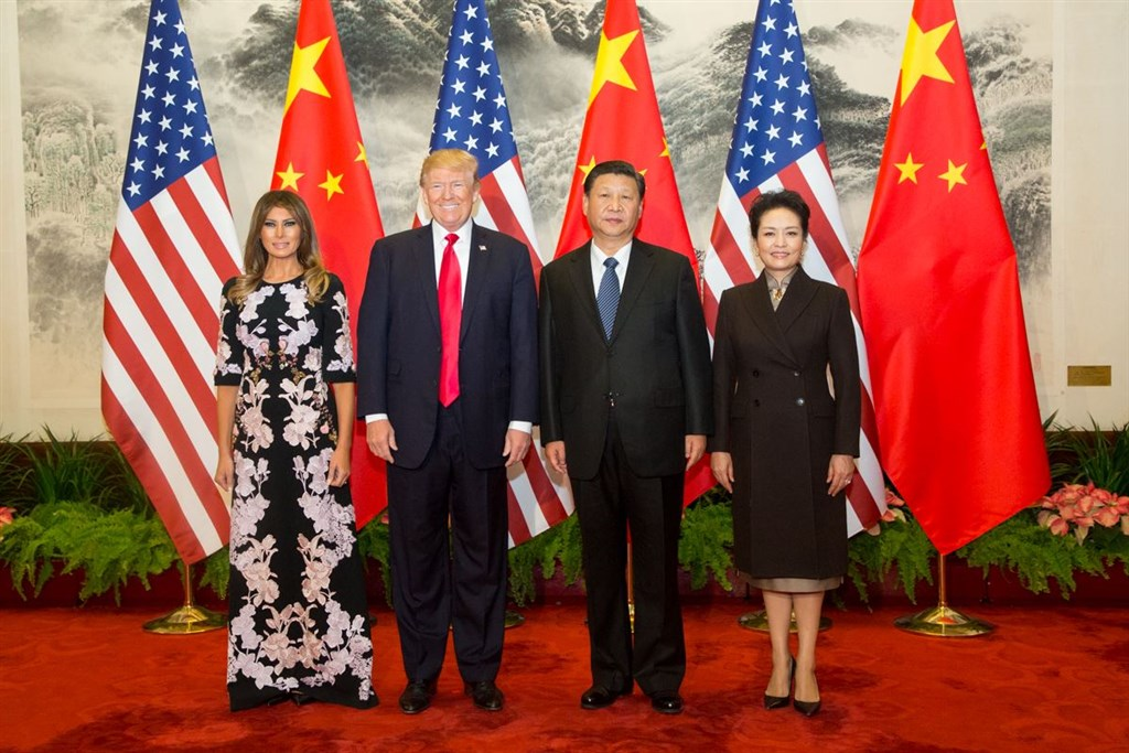 20國集團高峰會即將登場,美國國務卿蓬佩奧16日表示,美國總統川普(左2)出席高峰會將和中國國家主席習近平(右2)討論香港大規模抗議事件。圖為2017年11月川普夫婦訪問中國。(圖取自facebook.com/WhiteHouse)