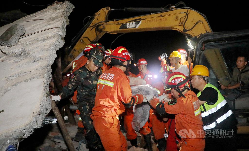 四川省宜賓市長寧縣17日深夜發生規模6.0地震,震源深度16公里,截至下午近4時,已造成13死、200人受傷。圖為一名遇難者被救援人員抬出。(中新社提供)中央社記者陳家倫北京傳真 108年6月18日