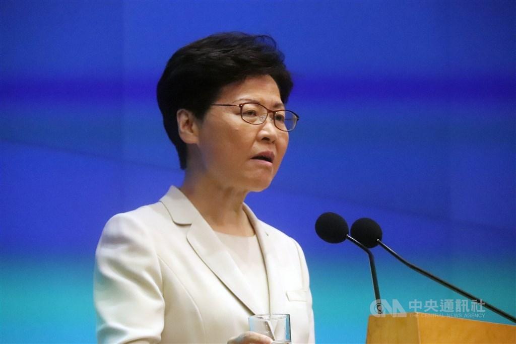 香港特首林鄭月娥18日下午舉行記者會,針對逃犯條例 修訂引發社會的不安表達真誠道歉,並希望社會裂痕儘 快修補。但她並未承諾撤回逃犯條例修正案。 中央社記者張謙香港攝 108年6月18日