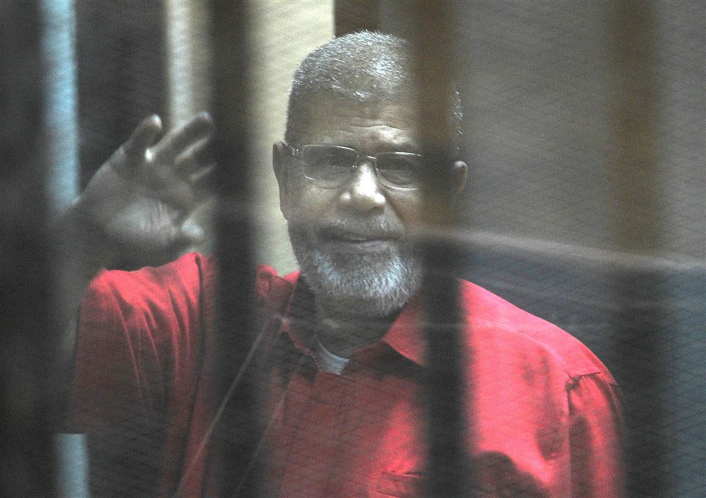 埃及前總統穆希17日出庭時猝死。遭囚6年間,外界只在出庭時瞧見厚玻璃隔間裡的穆希身影,無法聽見他說什麼或知悉身體狀況。(檔案照片/安納杜魯新聞社提供)
