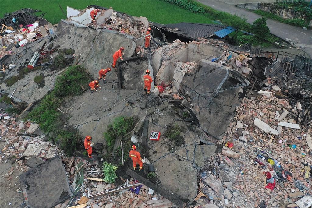 中國四川省17日晚間10時55分發生規模6.0強震襲擊,已造成11人死亡,123人受傷。圖為救難人員在倒塌房屋搜救。(中新社提供)