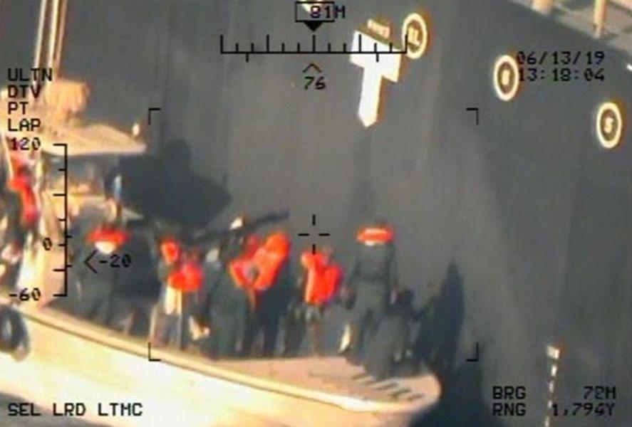 美國將日前阿曼灣兩艘油輪遇襲案歸咎於伊朗,德黑蘭當局否認這項指控,稱這番說法「毫無根據」。五角大廈17日公布新照片,聲稱顯示伊朗是攻擊其中一艘油輪的幕後黑手。(美聯社)