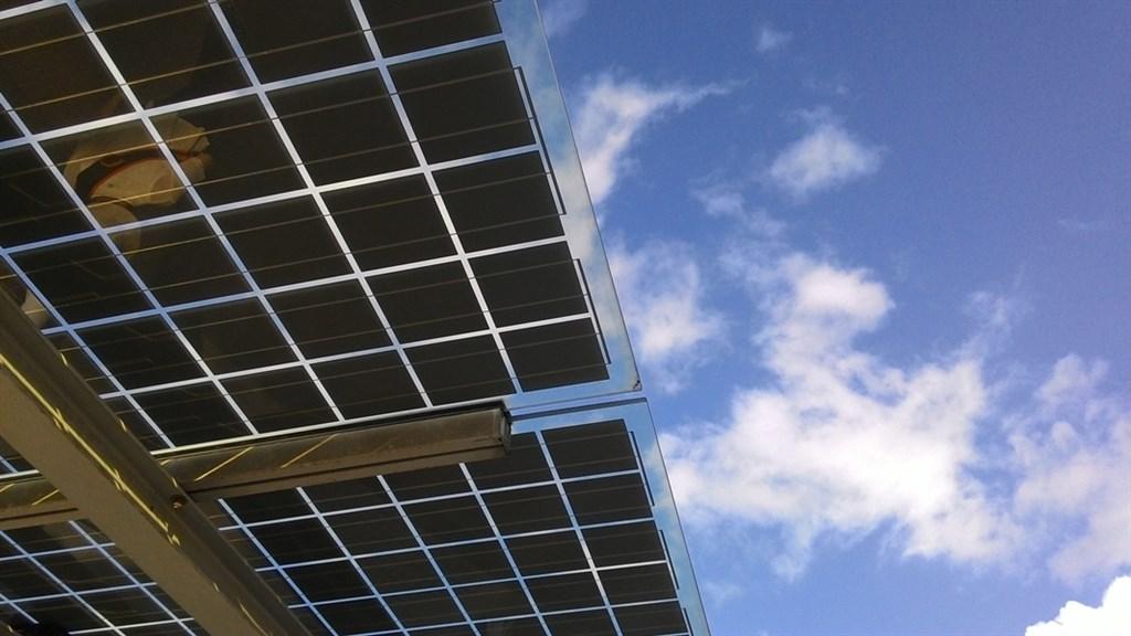 艷陽高照提升太陽能發電量,19日中午最高發電量一度達171.2萬瓩,相當於3部中火燃煤機組。(示意圖/圖取自Unsplash圖庫)