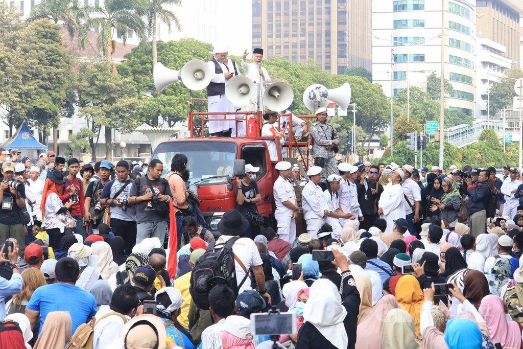 印尼憲法法庭開庭審理選舉無效訴訟案,普拉伯沃支持者動員施壓,發起人阿布杜拉在宣傳車上呼籲大法官要有判定是非的勇氣。中央社記者石秀娟雅加達攝 108年6月19日