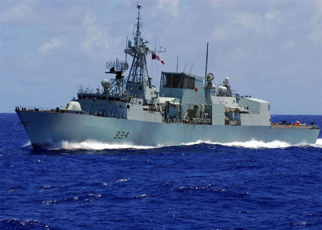 加拿大皇家海軍哈利法克斯級巡防艦里賈納號(圖)18日清晨航經台灣海峽;國防部19日表示此為自由航行,國軍依規定監偵掌握,期間無異狀。(圖取自維基共享資源網頁,版權屬公有領域)