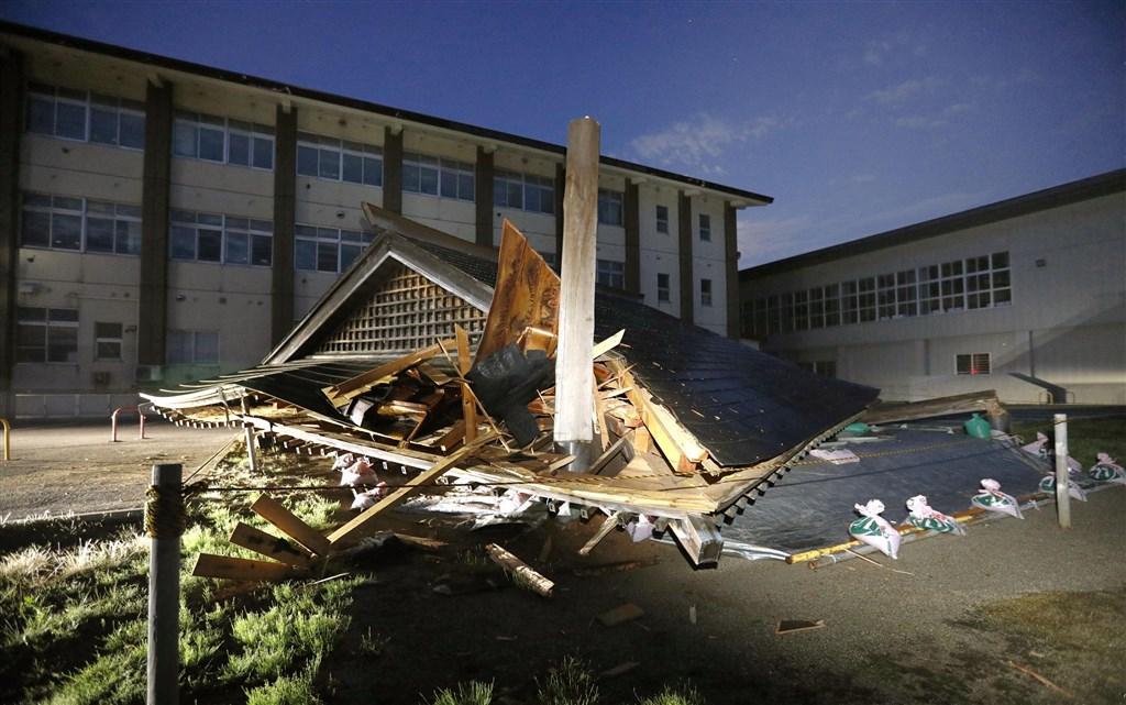 日本山形縣外海18日晚間發生規模6.7強震,鶴岡市大泉小學內有建築因此倒塌。(共同社提供)