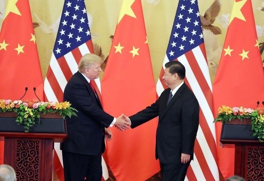 G20川習會確定成局,激勵美股盤中大漲,道瓊工業指數終場勁揚353.01點,漲幅1.35%。圖為川普與習近平2017年11月在北京會面。(檔案照片/中新社提供)