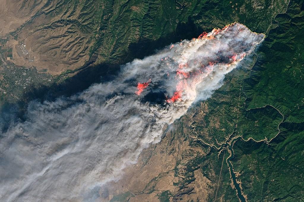 太平洋瓦斯電力公司設施釀成加州多起大火,包括2018年奪走85條人命的致坎普野火(圖),該公司同意支付當地14個政府機構10億美元以賠償損失。(圖取自維基共享資源,版權屬公眾領域)