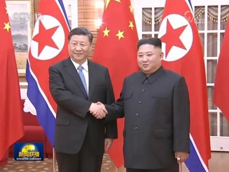 中國國家主席習近平(左)20日赴北韓國是訪問,並與北韓領導人金正恩(右)會談。(圖取自中國央視網頁cctv.com)