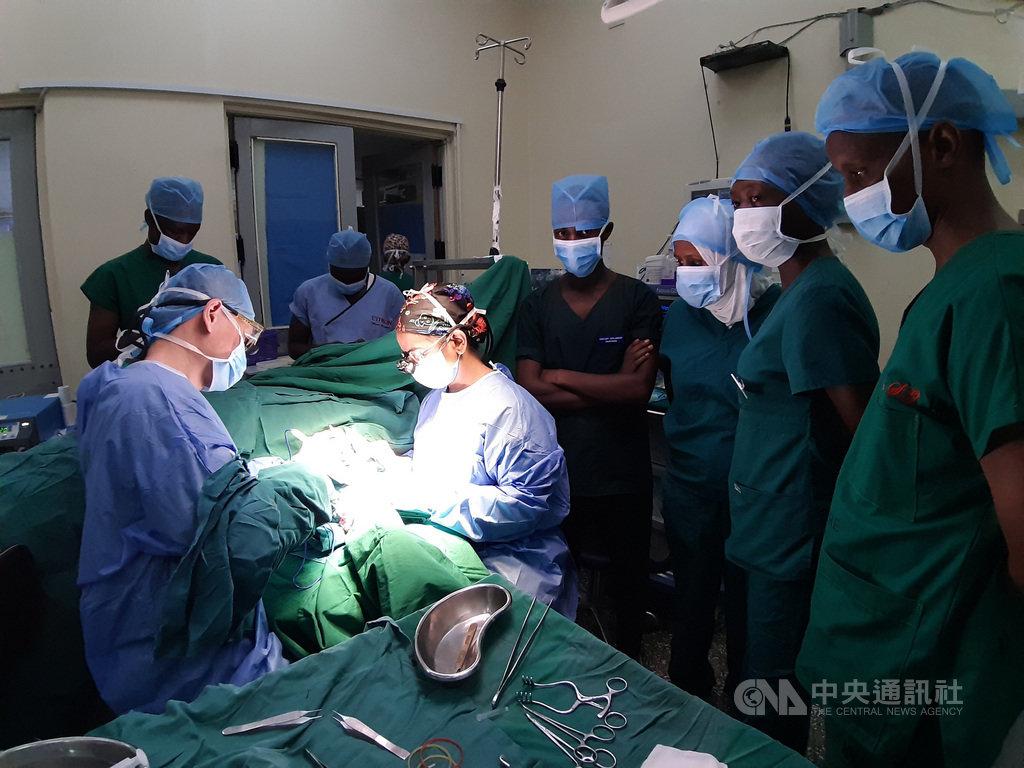 成大醫院和肯亞2007年開始進行醫療衛生合作計畫,今年派醫師前往肯亞指導,也計畫將台灣血液透析耗材引入肯亞。(成大醫院提供)中央社記者張榮祥台南傳真 108年6月21日