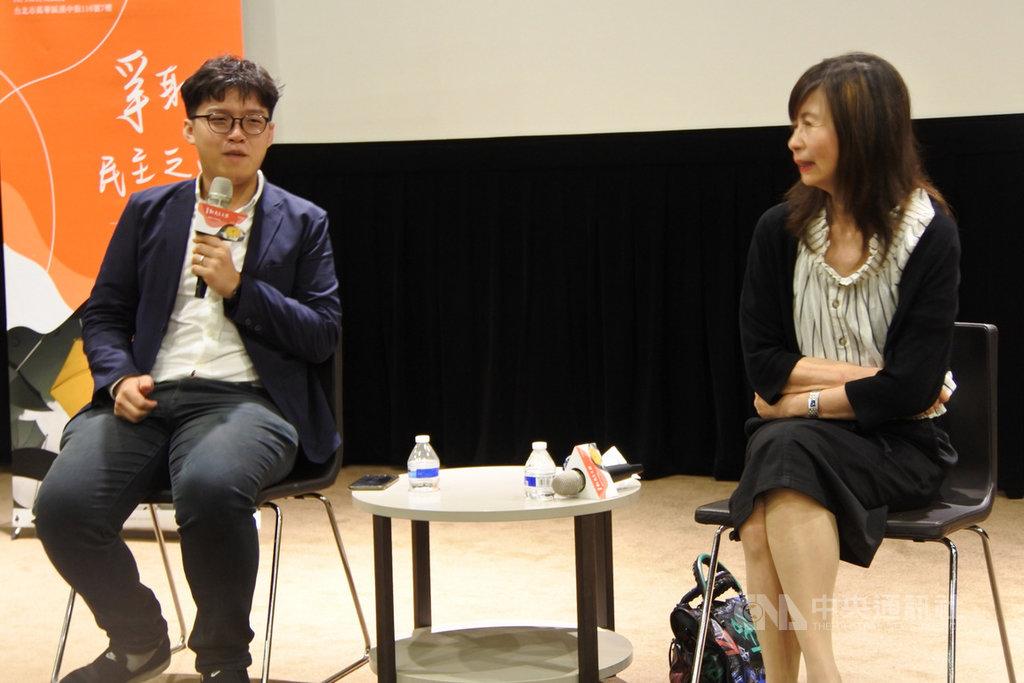 前學民思潮發言人、時政評論員張秀賢(左)和央廣董事長平路(右)21日在「爭取民主之路-一國兩制下的香港」主題影展映後座談。中央社記者張淑伶攝 108年6月21日