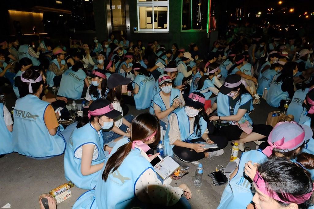 長榮航空公司勞資雙方因對日支費與禁搭便車條款無共識,工會宣布20日下午4時起展開罷工,工會成員表示,將徹夜靜坐抗爭。(中央社檔案照片)