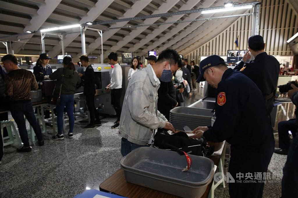 寮國20日向OIE通報非洲豬瘟病例,21日起旅客自寮國違規輸入豬肉製品,將裁處新台幣20萬元。圖為桃園機場實施手提行李X光檢疫情形。(中央社檔案照片)