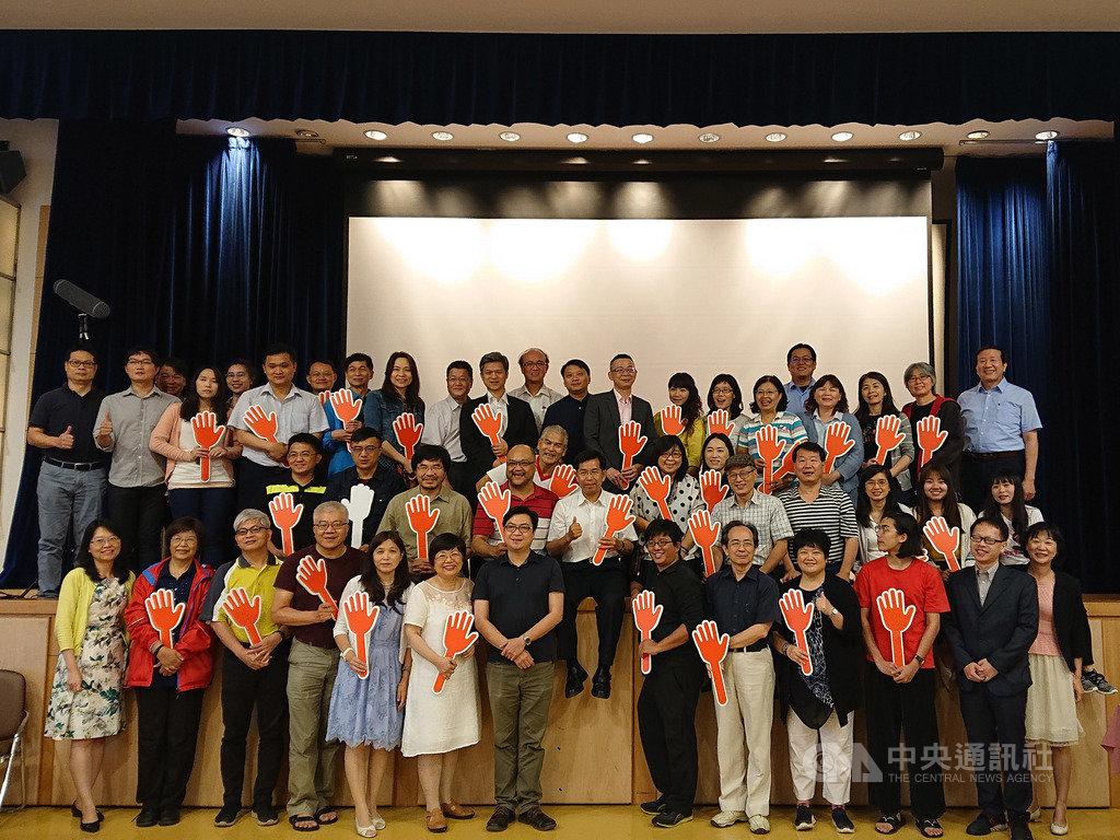 台灣首次有學生委員參與的十二年國教課綱,歷經2年6個月又29天的討論,22日傍晚正式完成審議,課審會委員等人合影留念。(教育部提供)中央社記者陳至中傳真 108年6月22日