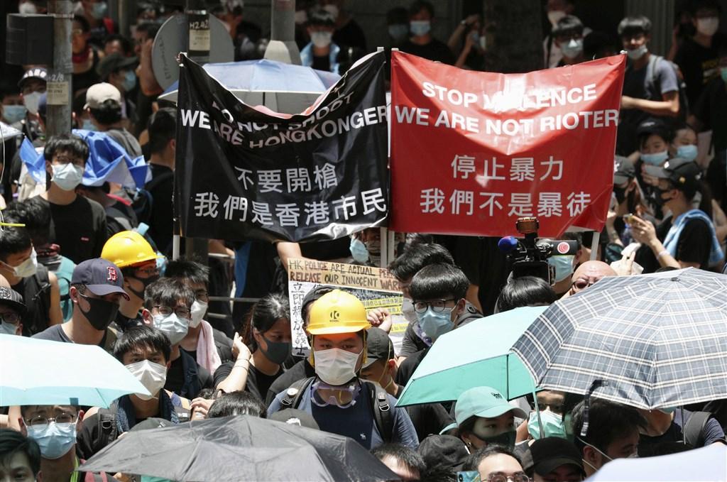 香港大專學界與網民發起抗議行動,至22日凌晨1時,灣仔警察總部外剩數百名示威者駐守、未見衝突。圖為21日香港民眾包圍警察總部示威行動。(共同社提供)