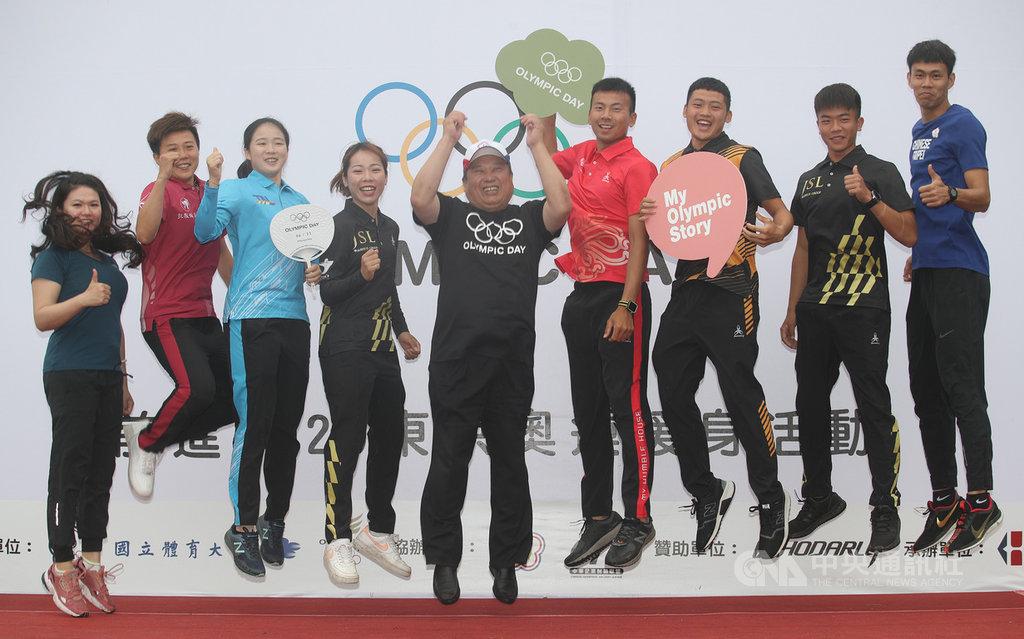 2019國際奧林匹克日活動23日上午在國立體育大學登場,中華奧會主席林鴻道(中)受訪時表示,射箭在今年世錦賽表現亮眼,並期許選手們在東京奧運奪得隊史首面射箭金牌。中央社記者張新偉攝 108年6月23日