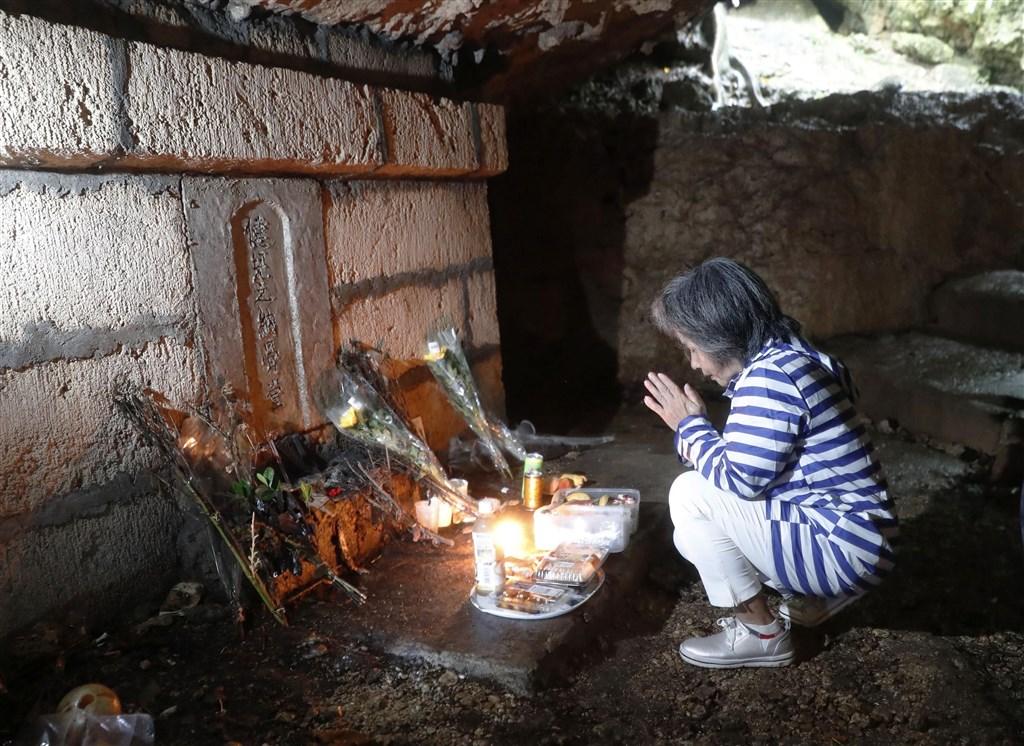 23日為日本令和年代的第一個沖繩慰靈日,遺族雙手合十悼念為亡者祈福。(共同社提供)