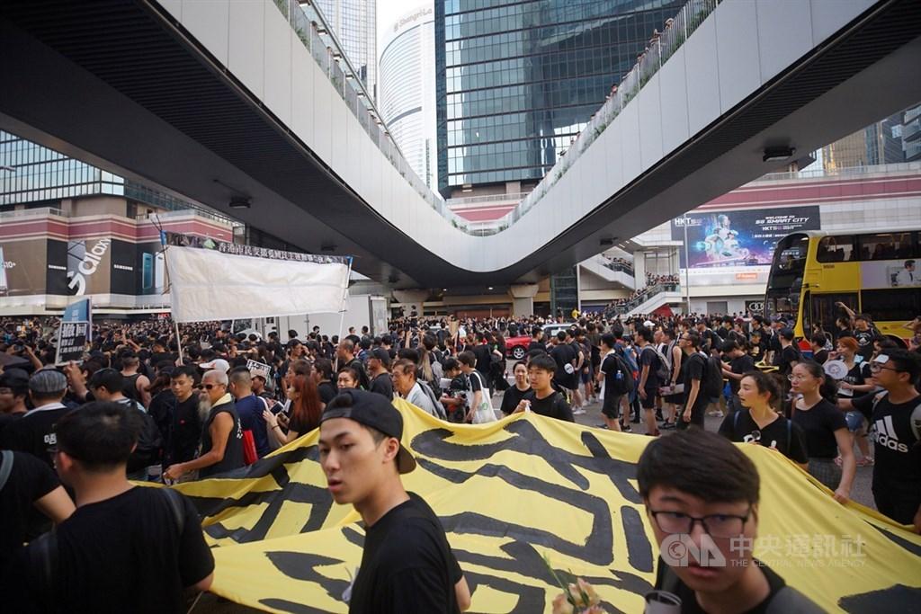 香港民間團體16日再次發起反修訂逃犯條例大遊行,大批遊行群眾擠滿車道。中央社記者裴禛香港攝 108年6月16日