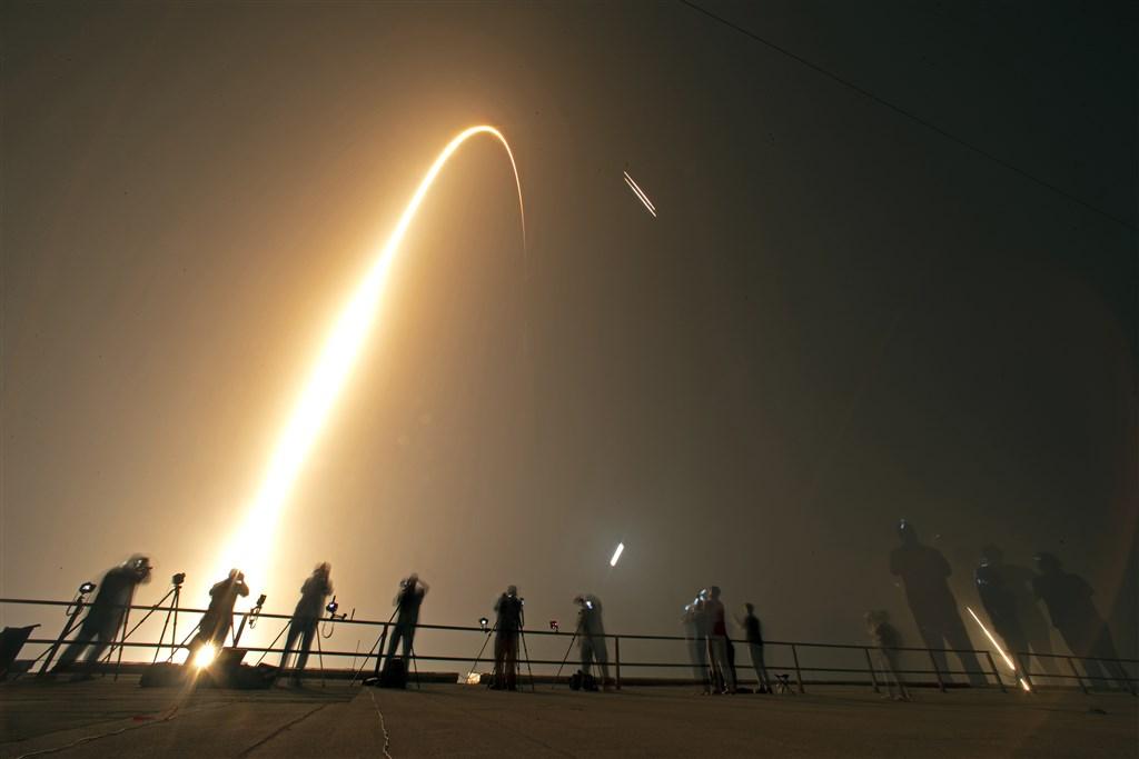 福衛七號搭乘的SpaceX獵鷹重型火箭在台北時間25日下午升空,在天際畫出美麗的弧線。(美聯社)