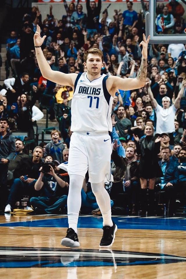 達拉斯獨行俠的唐西奇(前)24日獲NBA年度最佳新秀。(圖取自facebook.com/dallasmavs)