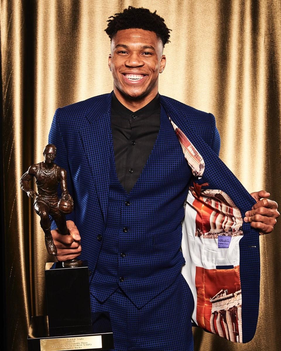 密爾瓦基公鹿的安特托昆博24日獲NBA年度最有價值球員(MVP)。(圖取自twitter.com/NBA)