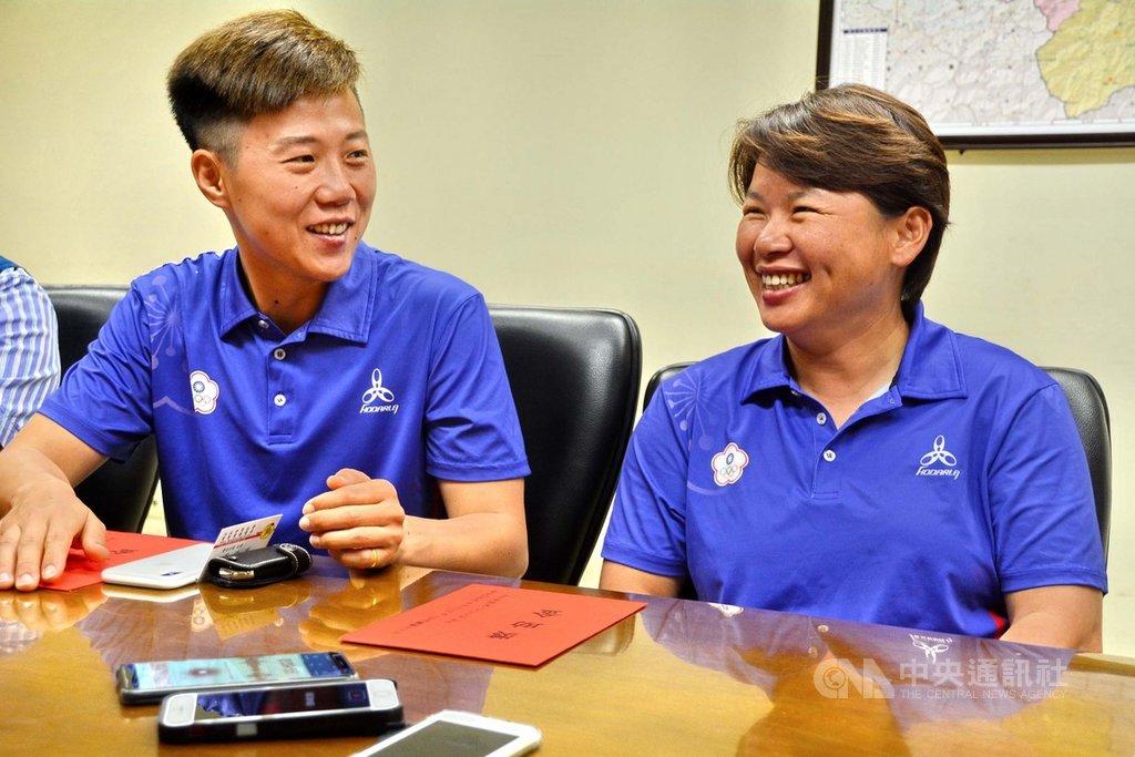 中華射箭代表隊6月中旬在荷蘭世界射箭錦標賽,取得3金、1銅的空前佳績,其中,雷千瑩(左)在反曲弓拿下隊史首面女團與女子個人對抗賽金牌。陳麗如(右)奪複合弓女子團體賽金牌。2人26日接受表揚。中央社記者黃旭昇新北攝  108年6月26日