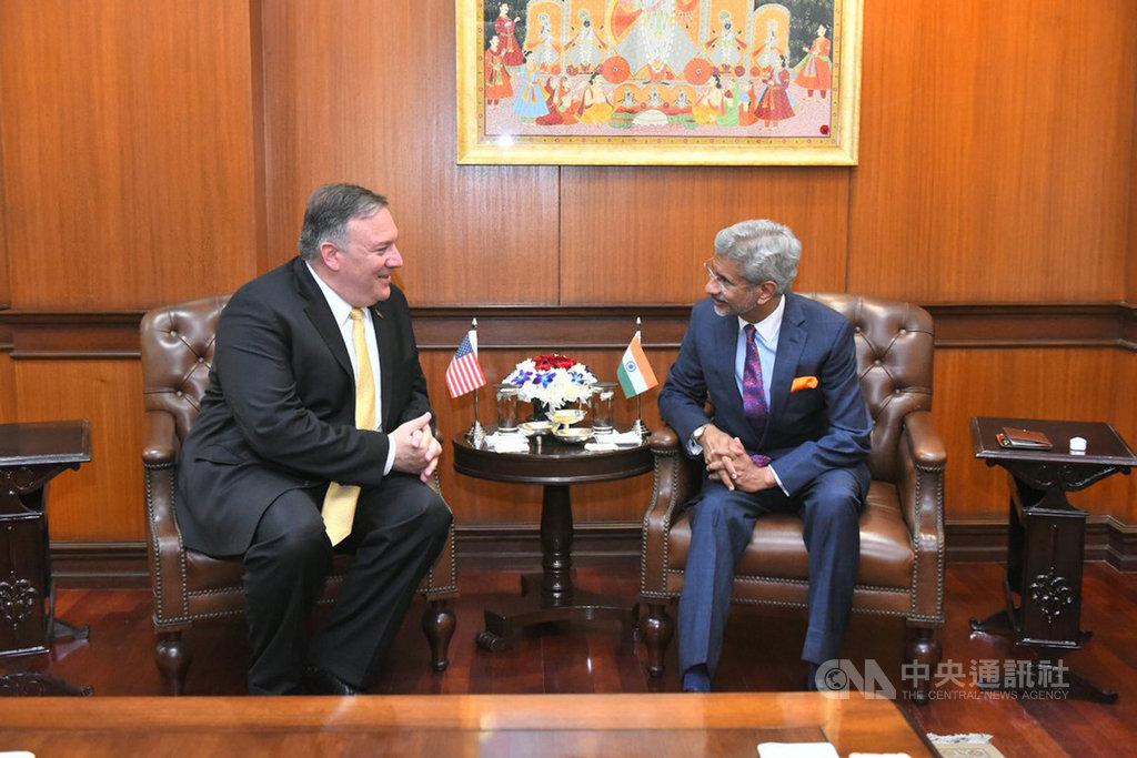 美國國務卿蓬佩奧(左)與印度外交部長蘇杰生26日舉行雙邊會談,雙方就美印間的貿易、伊朗石油、印度向俄採購武器等諸多問題交換意見。(印度外交部提供)中央社記者康世人新德里傳真  108年6月26日