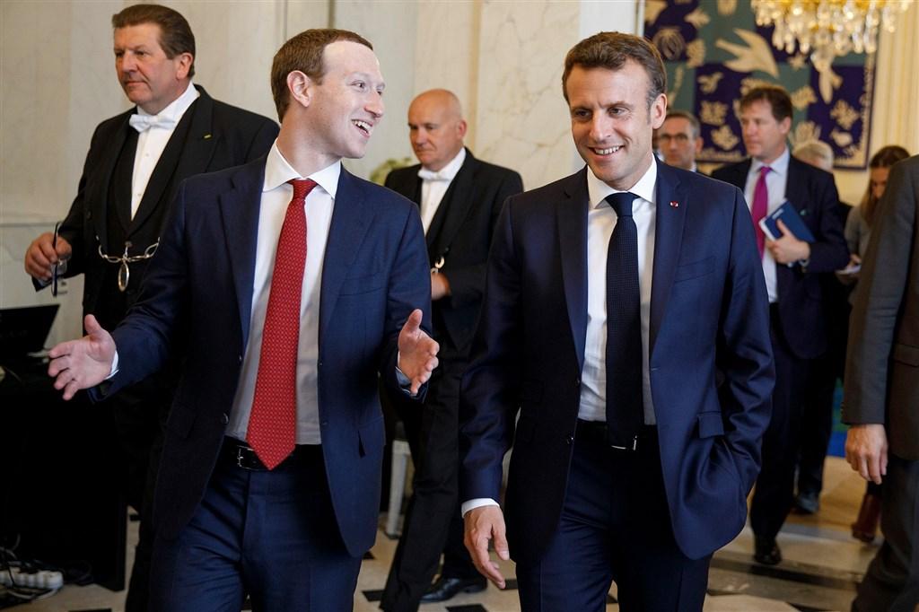 社群巨擘臉書創辦人祖克柏(前左)與法國總統馬克宏(前右)數度會面後,臉書同意交出發布仇恨言論的法國用戶身分資料給法官,這也是全球首例。(圖取自facebook.com/zuck)