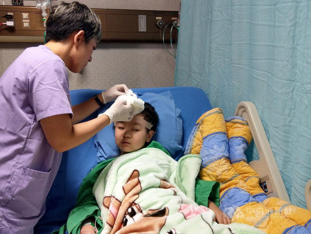 台鐵普悠瑪列車宜蘭翻覆事故造成7歲男童謝沛帛(右)重傷,目前仍持續治療中。謝沛帛27日在羅東博愛醫院接受手術取出顱內骨釘,過程順利,現已恢復元氣,直說「我想吃蚵仔煎」。(羅東博愛醫院提供)中央社記者王朝鈺攝 108年6月27日
