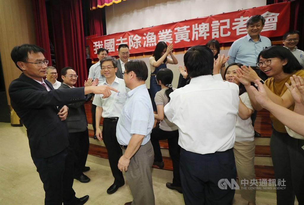 歐盟對台灣遠洋漁業舉黃牌至今3年多,農委會27日晚間舉行記者會,正式宣布解除黃牌警告,農委會及漁業署同仁對努力多年終於解除黃牌感到相當高興。左為農委會主委陳吉仲。中央社記者張皓安攝 108年6月27日