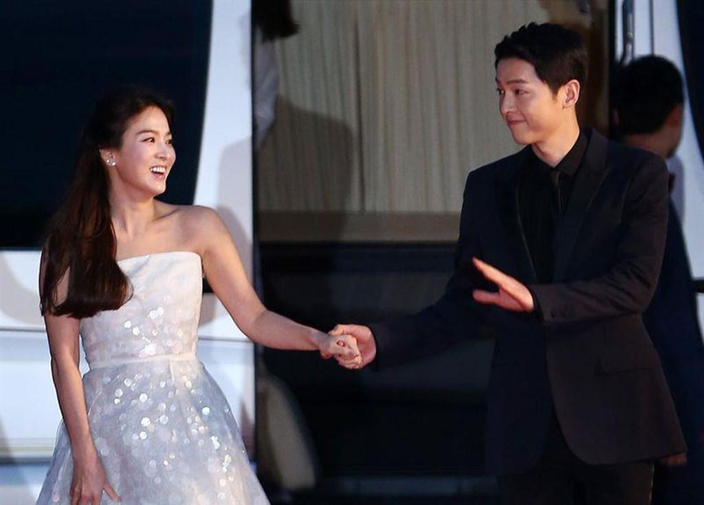 南韓媒體報導,演員宋仲基(右)27日透過經紀公司表示,已申請與妻子宋慧喬的離婚調解。(檔案照片/韓聯社提供)