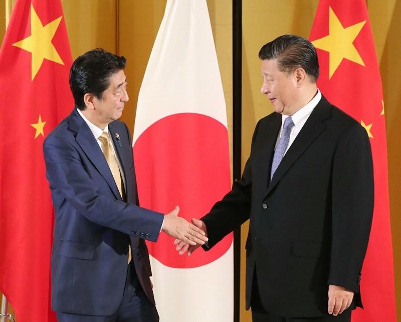 G20高峰會28日起在大阪舉行,中國國家主席習近平(右)27日抵達大阪後與日本首相安倍晉三會談,安倍當面邀習近平明年春天以國賓訪日。(共同社提供)