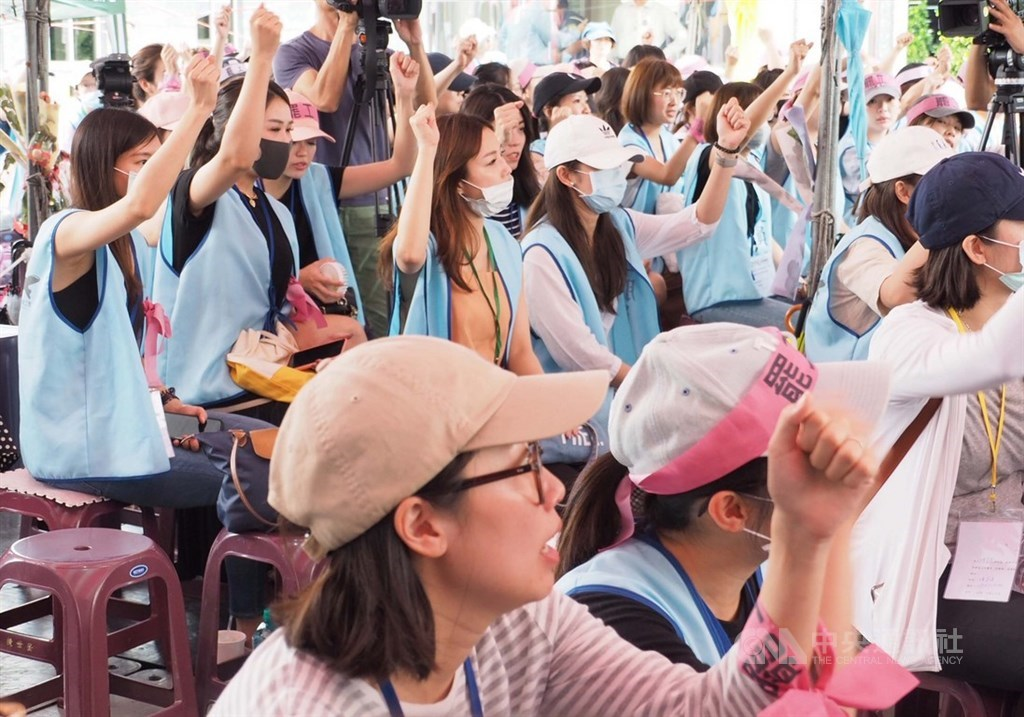 長榮罷工行動28日邁入第9天,在勞動部協調下,工會幹部已跟長榮董事長林寶水碰面。(中央社檔案照片)