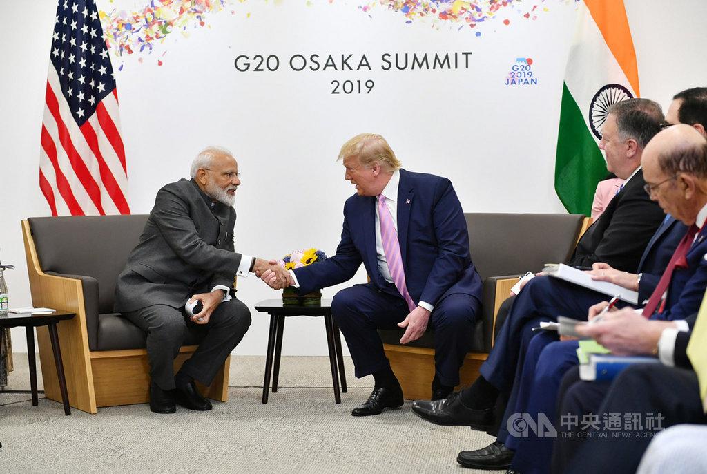 印度總理莫迪(左)與美國總統川普(右)28日在大阪舉行雙邊會談,兩人並在會談開始前開心握手。(印度總理辦公室提供)中央社記者康世人新德里傳真 108年6月28日