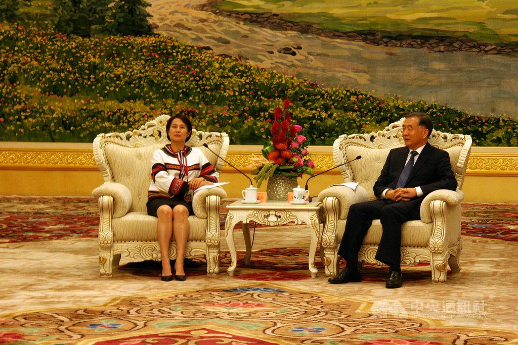 中國全國政協主席汪洋(右)28日下午在人民大會堂新疆廳,會見無黨籍立委高金素梅(左)所帶領的原民民代參訪團。中央社記者繆宗翰北京攝 108年6月28日