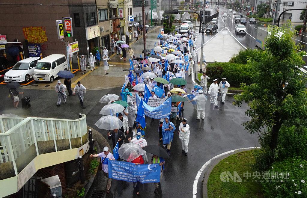 20國集團(G20)高峰會28日起在大阪舉行,旅日維吾爾人27日在大阪發起示威遊行,呼籲G20勿漠視維吾爾人遭屠殺問題。28日維吾爾族海外領袖熱比婭將在大阪開記者會。中央社記者楊明珠大阪攝 108年6月28日