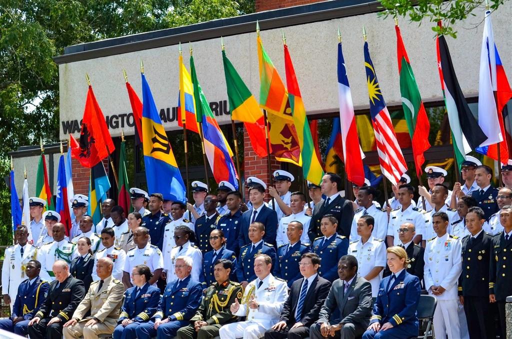 美國海岸巡防隊「國際海事官員班」20日結訓典禮,中華民國國旗與各國國旗並列。(圖取自facebook.com/CGA4U)