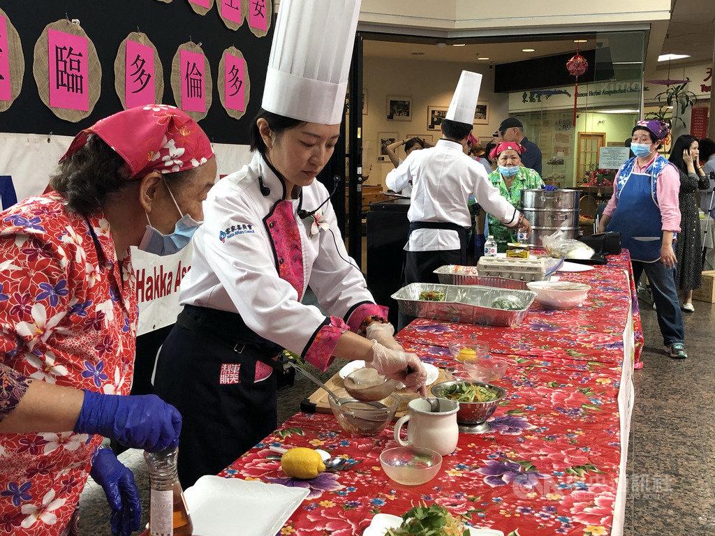 邱聿涵和溫國智兩位以客家美食文化為專長的知名大廚,在多倫多現場示範經典客家料理烹調秘技。中央社記者胡玉立多倫多攝 108年6月29日