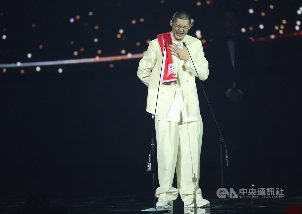 第30屆金曲獎29日在台北小巨蛋舉行頒獎典禮,最佳國語男歌手獎由Leo王爆冷奪得,他一身全白西裝登台致詞,神情難掩開心。中央社記者吳家昇攝 108年6月29日