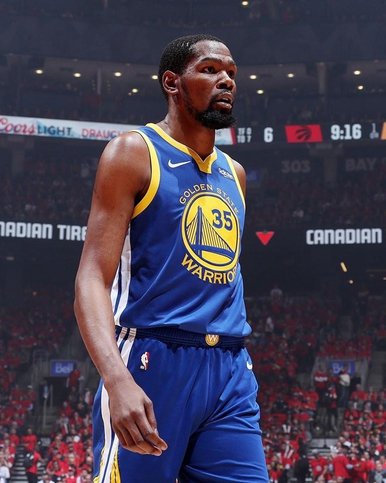 NBA總冠軍賽最有價值球員杜蘭特(前)30日宣布,將離開金州勇士隊,預計與布魯克林籃網簽下4年1.64億美元(約新台幣51.38億元)合約。(圖取自facebook.com/warriors)