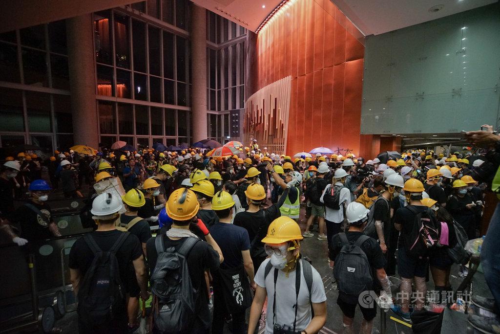 香港立法會1日晚間一度遭反送中示威者攻占,群眾聚集在立法會大廳等處,但在港警宣布將強力清場後,示威者並未選擇長期占領,反而互傳be water的訊息提醒打氣,迅速解散消失;他們記取2014年「占領中環運動」的教訓,不迷戀占領大場,而是伺機點火抗爭,然後快閃。中央社記者裴禛香港攝 108年7月2日